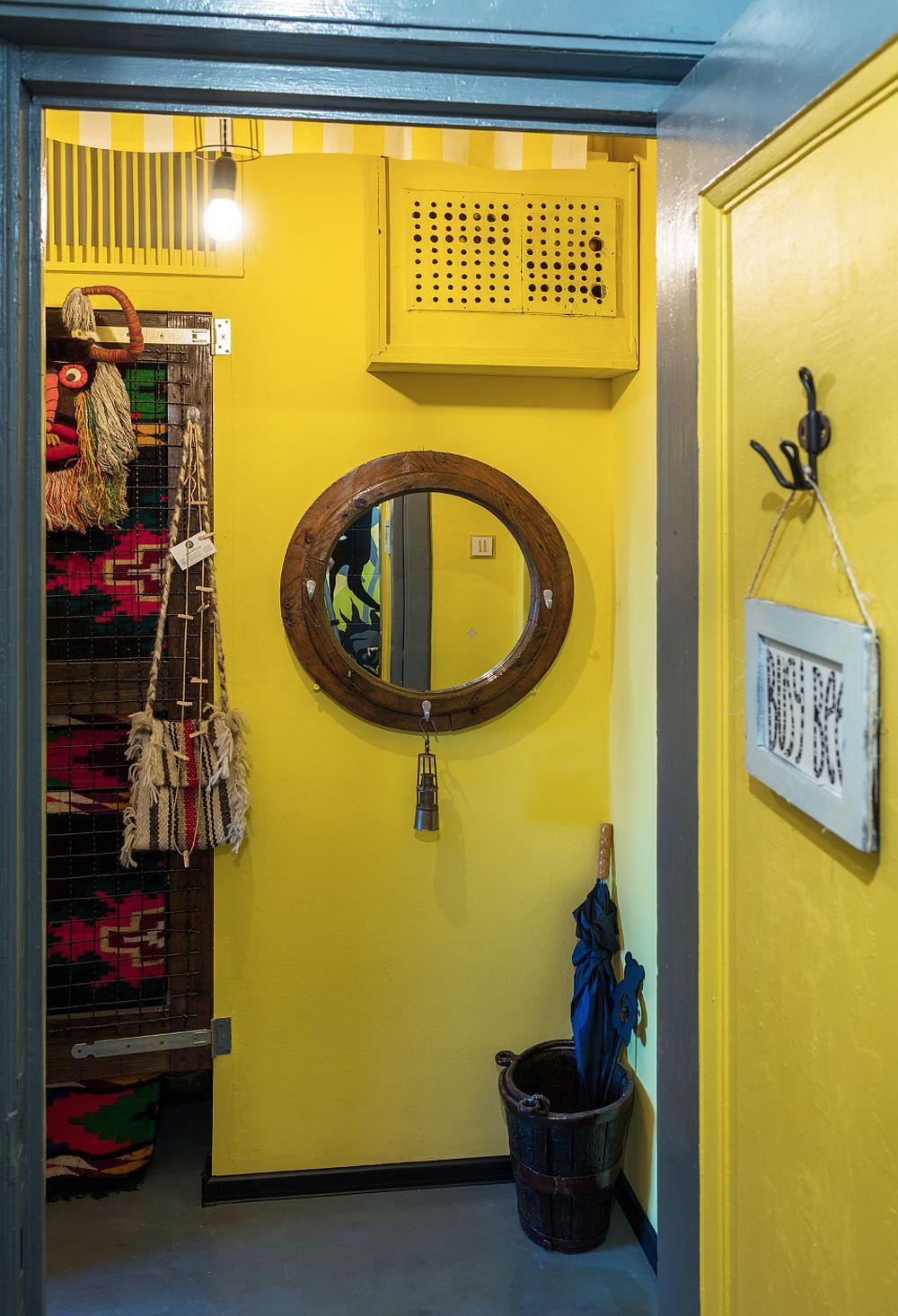 Obiectele folosite pentru decorare și ușoară mobilare sunt din colecția personală a artistei Raluca Băraru, pe care ea le-a regrupat și alăturat altfel. În rama oglinzii rotunde a fixat mici cârlige pentru ca ea să fie folosită și pe post de cuier sau suport pentru chei. Pe un alt peret o scândură simplă cu o agățătoare poate fi folosită pentru haine.