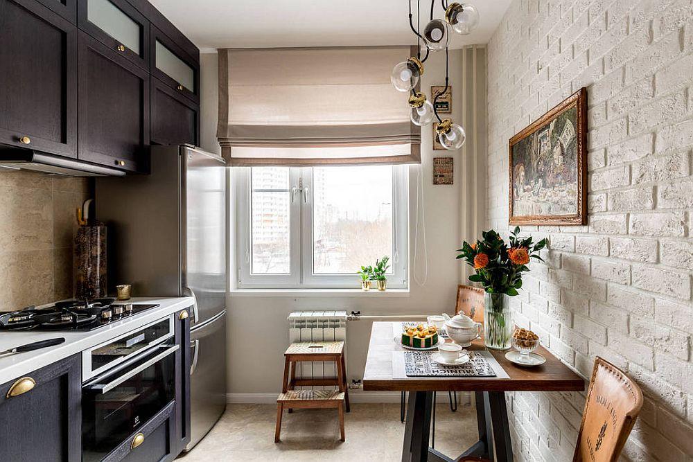 Bucătăria după renovare arată mult mai orodonat și mai aerisit. Lumina naturală pătrunde din plin, grație storului prevăzut în zonă, care lasă tot timpul mai mult de jumătate din geam liber.
