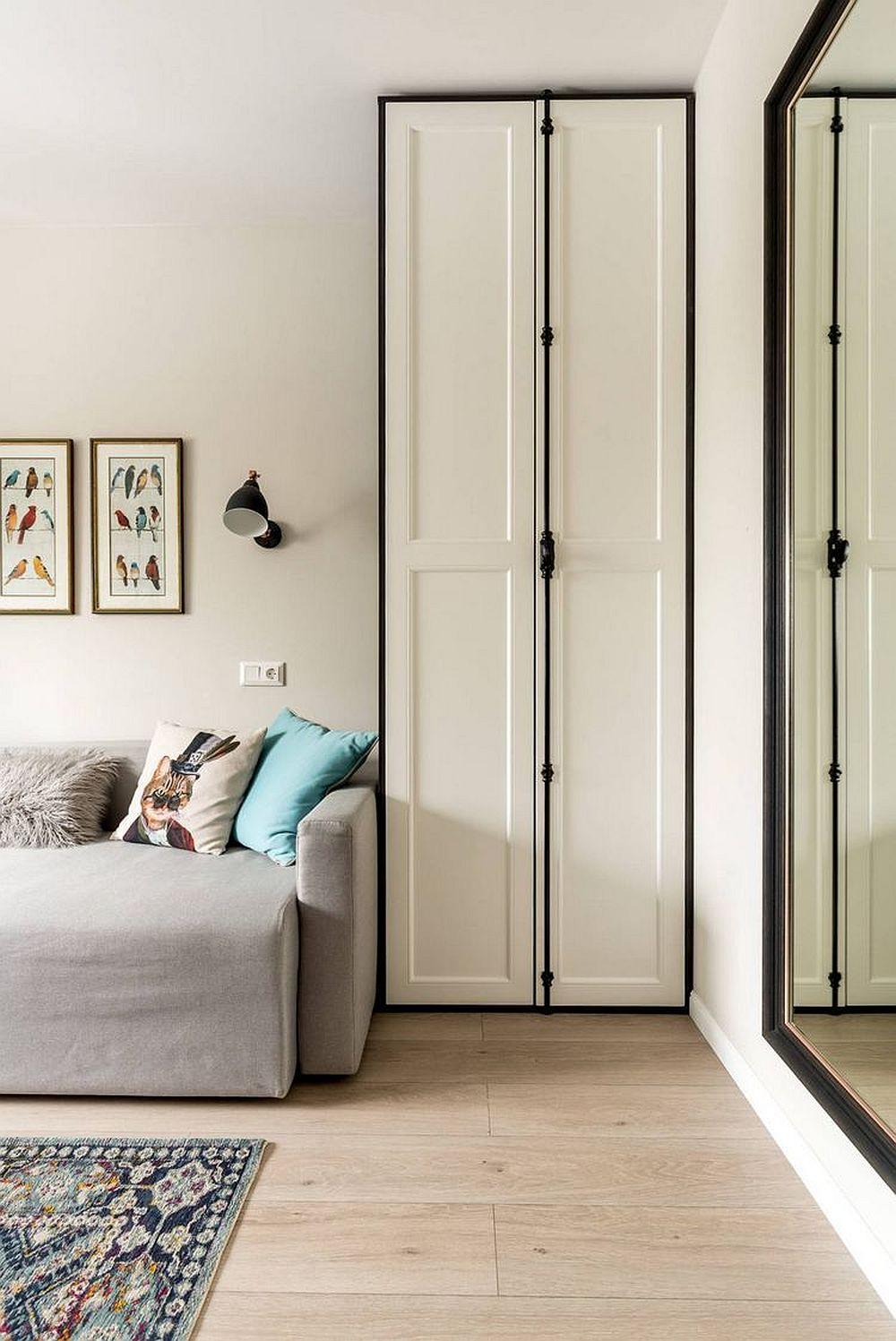 Canapeaua este încadrată de dulapuri înalte care asigură loc de depozitare din plin. În plus, prezența canapelei dă senzația de living, nu de cameră de tineret.