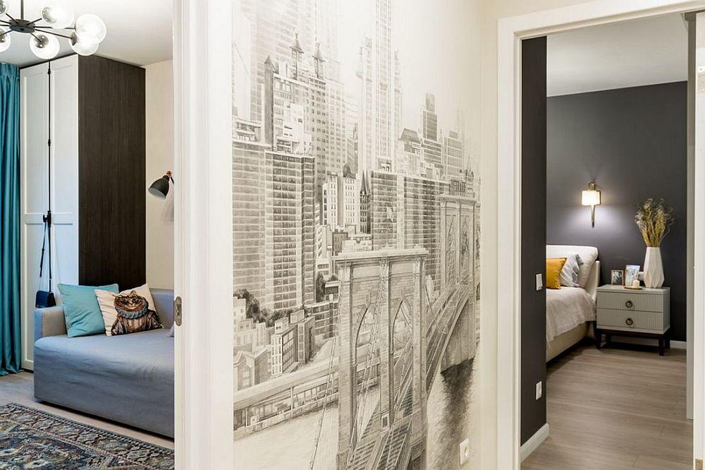 Pe peretele comun cu holul este montat un tapet cu o imagine grafică, un element ce schimbă perspectiva micului hol.