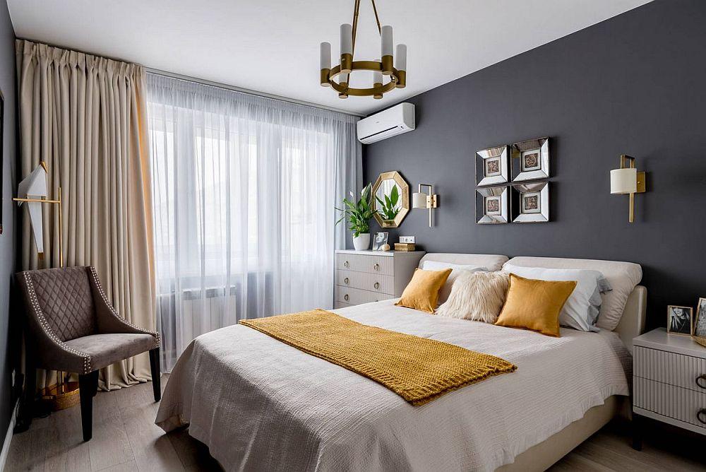 După renovare dormitorul mamei este rafinat amenajat cu nuanțe închise pe pereți, mobilă albă care se citește frumos și accente aurite care conferă strălucire alături de decorațiunile galbene.