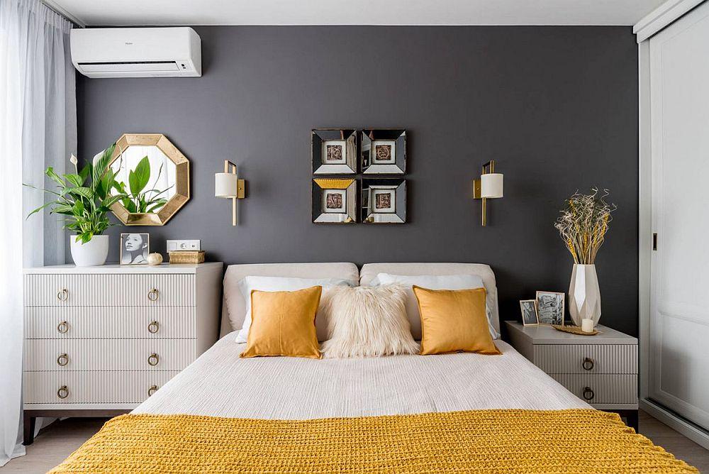 După renoare dormitorul mamei este elegant și mobilat pe măsura dimensiunilor camerei. Nuanța închisă de pe pereți conferă senzația de adâncime. Contează mult și modul de arajare al patului în ambianța camerei, nu doar poziționarea mobiliei și a obiectelor decorative.