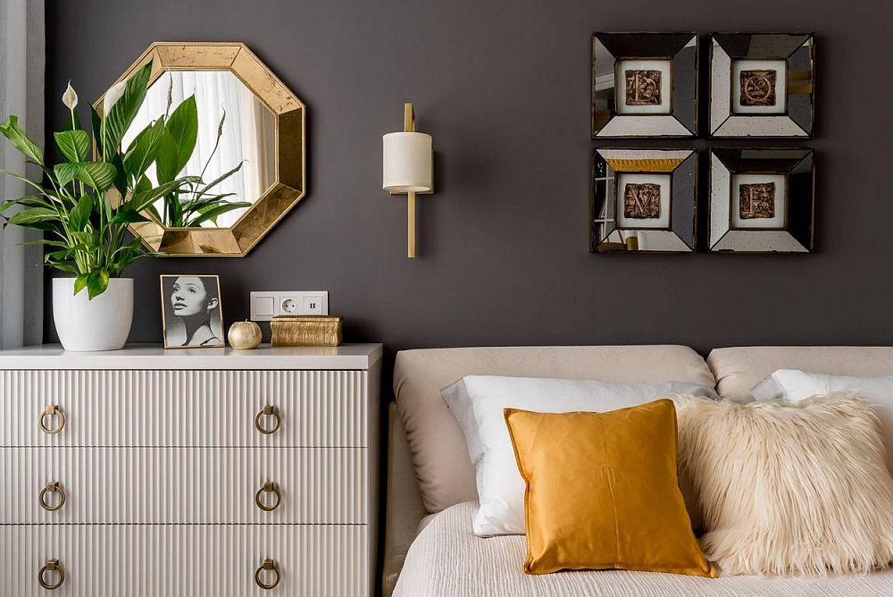 Detalii conferă eleganță camerei. Corpurile de iluminat au finisaj aurit, dar un design simplu, rafinat. Auriul se regăsește și în rama oglinzii, a mânerelor a câtorva obiecte decorative.