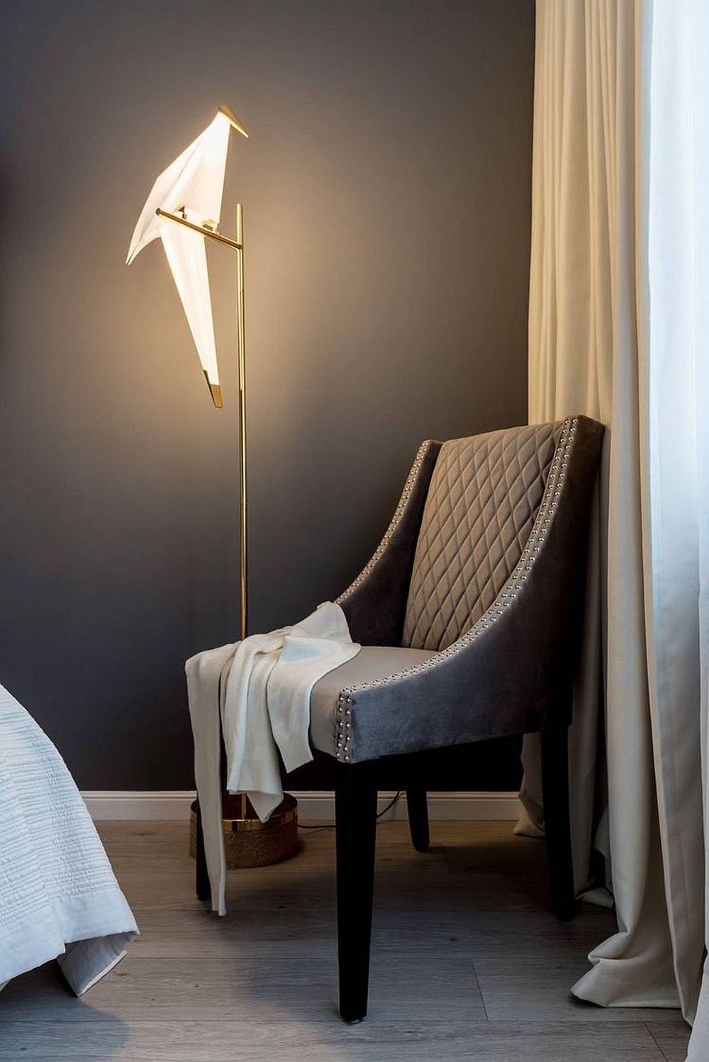 Într-un colț al dormitorului este poziționat un fotoliu pentur lectură frumos acompaniat de un lampadar deosebit.