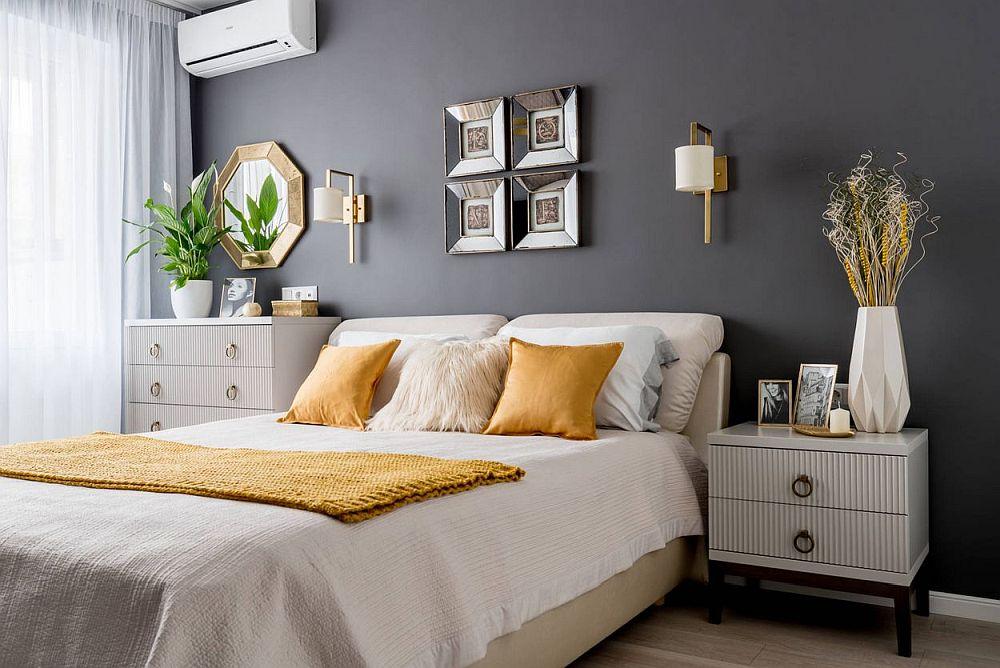 Mobila din dormitor este realizată pe comandă după desenele designerului.