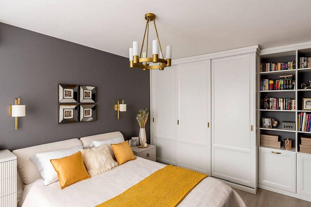 După renovare imaginea dormitorului este mult mai aromioasă. Designerul a gândit un dulap pe măsura camerei și cu loc de bibliotecă.