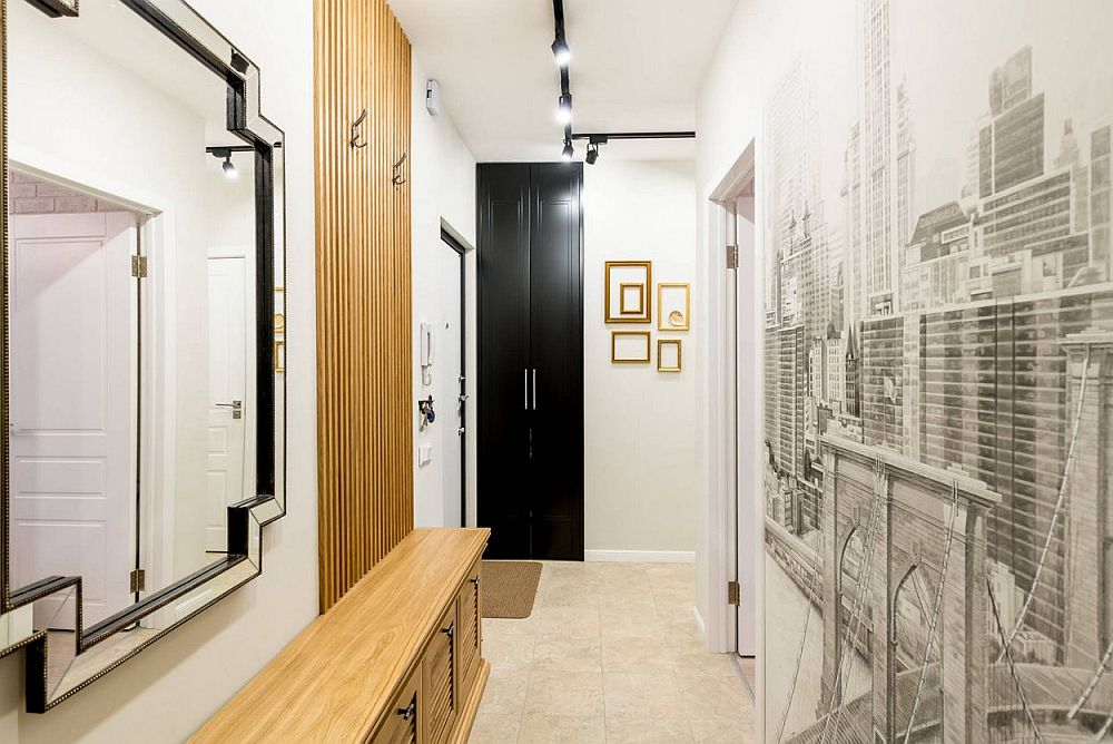 Holul după renovare a devenit mult mai luminos. Ușile negre maschează locul mașinii de spălat. Bancheta are dedesubt loc pentru pantofi, iar tapetul de pe peretele corespondent camerei fetei lărgește perspectiva spațiului îngust.