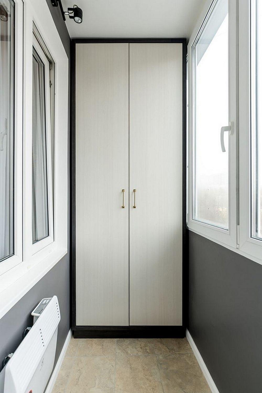 Și spațiul balconului a fost reamenajat, iar aici designerul a prevăzut dulapuri siturate diametral opus pentru a face și mai mult loc de depozitare pentru obiecte de uz casnic - mop, aspirator, mături etc.