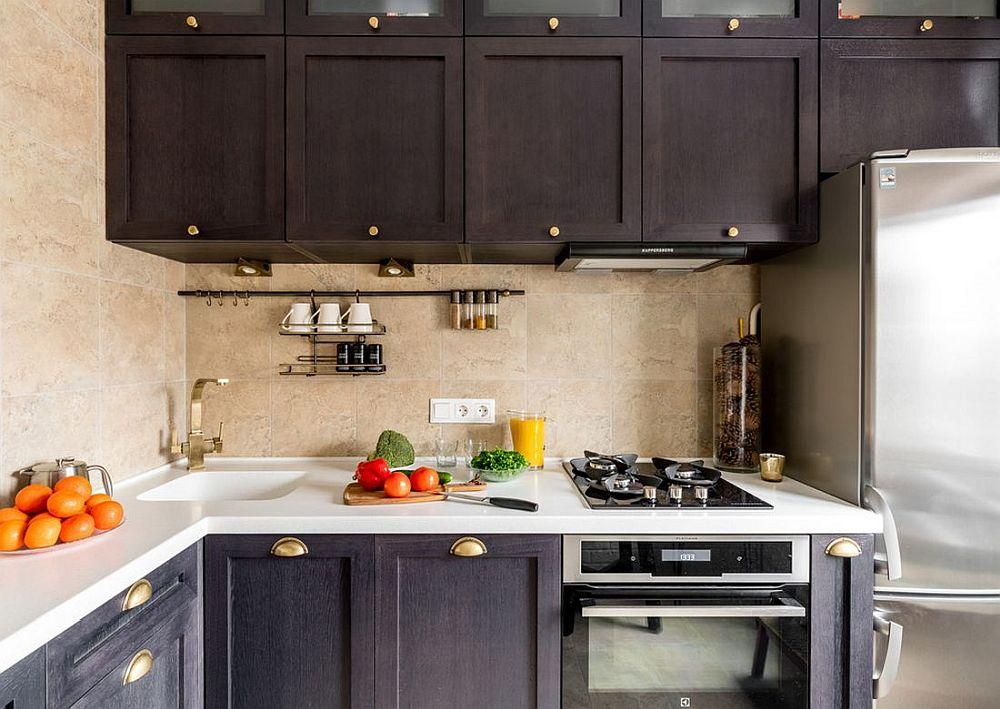 Bucătăria e mică, dar bine organizată cu loc între chiuvetă și plită, iar blatul este suplimentat în L, mărindu-se și suprafața de depozitare.