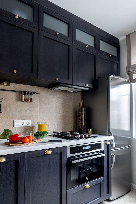 După renovare bucătăria a fost gândită la centrimetru pentru a fi folosit fiecare spațiu disponibil. Ca atare corpurile suspendate sunt înalte, până în plafon, iar electrocasnicele încorporate.
