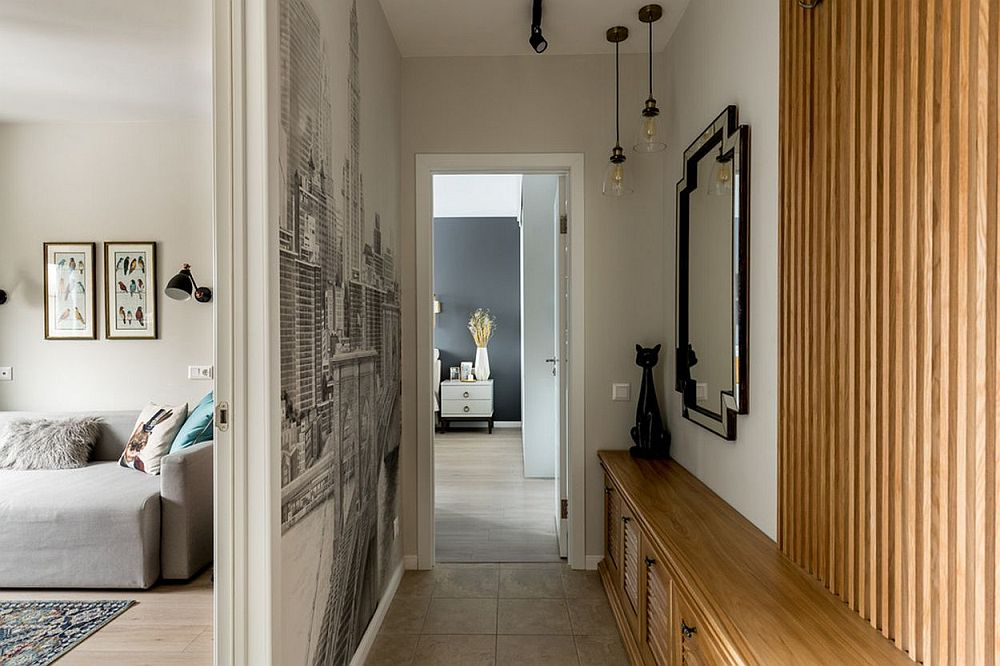 Din hol se deschid ușile dormitoarelor și se vede că spațiul îngust a fost optimizat la maximum. De asemenea, a fost intens iluminat.