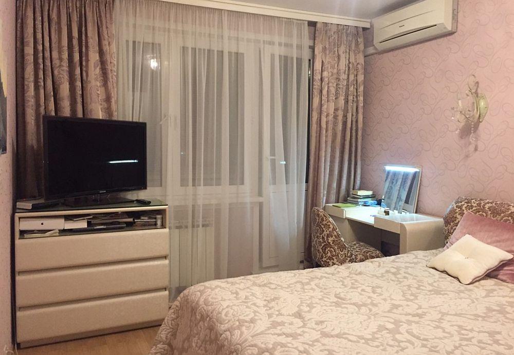 Înainte de renovare dormitorul mamei se dorea să fie cumva clasic, dar spațiul nu era bine exploatat, televizorul fiind ciudat poziționat.