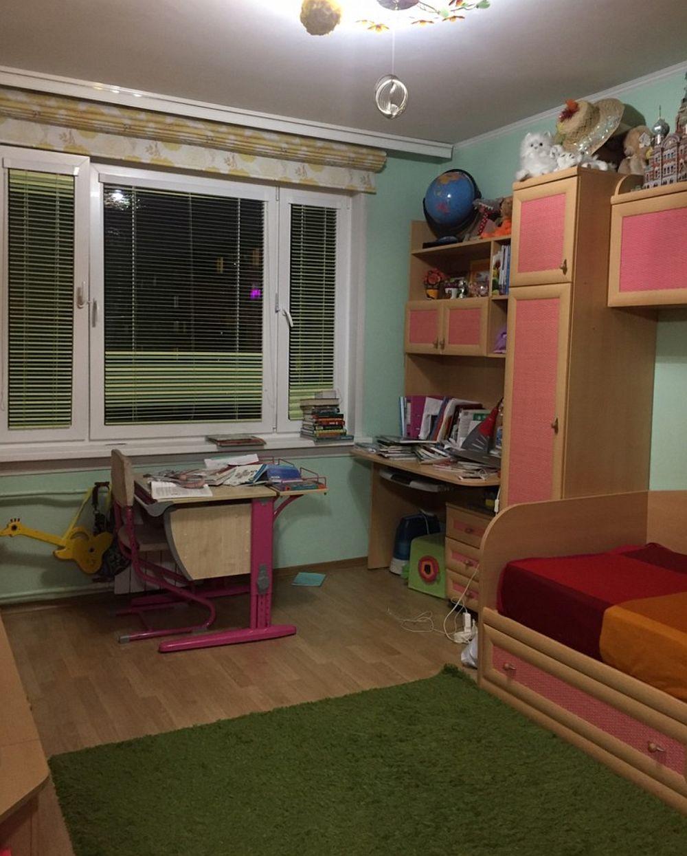 Camera fetei înainte de decorare era amenajată ca pentru un copil mic cu mobilă de serie cumpărată din magazine. Ea și-a dorit ca la 14 ani să beneficieze de o amenajare diferită.