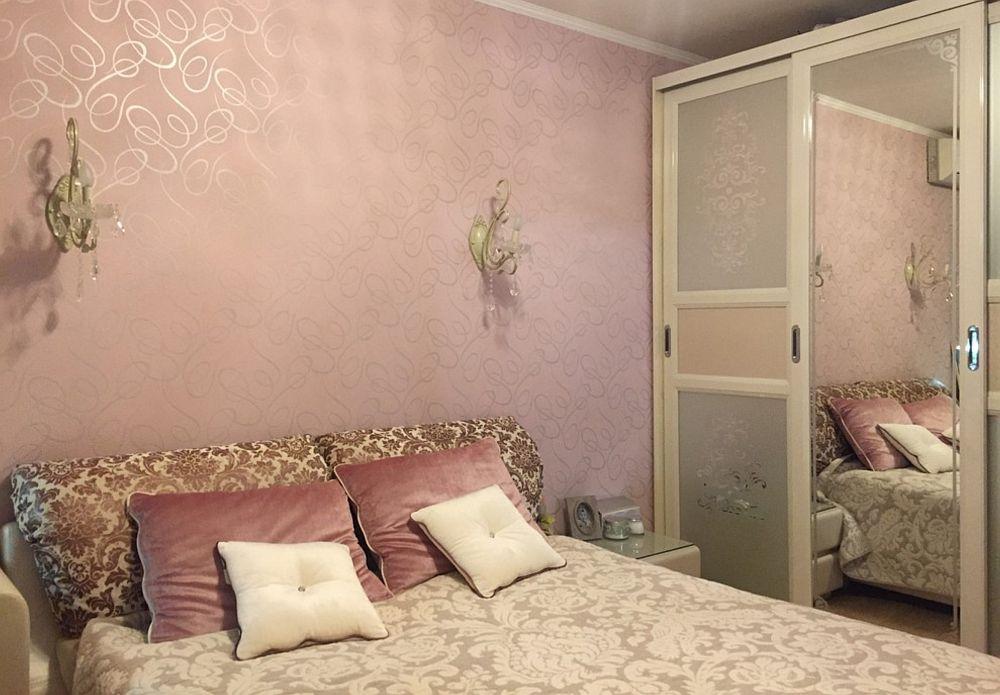 Înainte de renovare, dormitorul mamei era mobilat cu mobilă de serie.