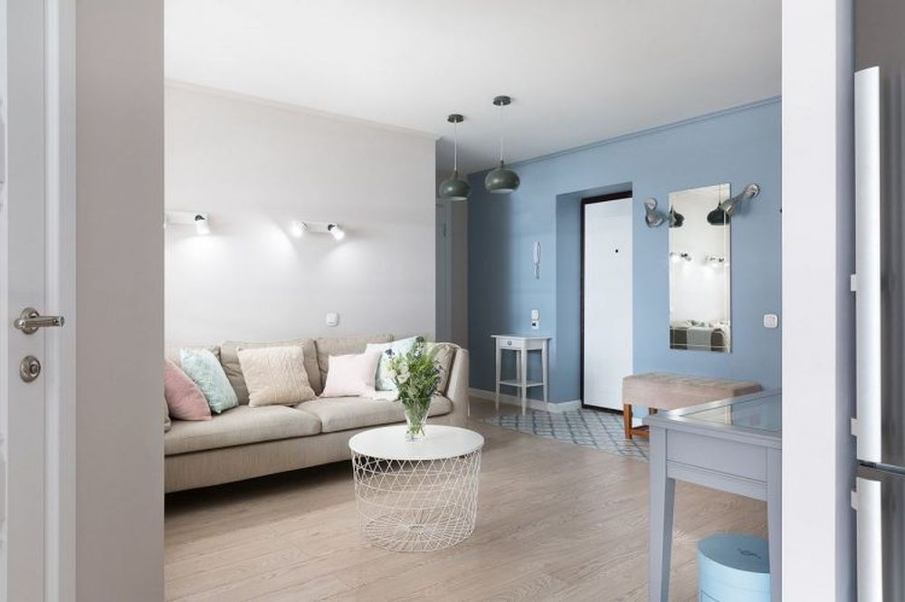 Un alt compromis pentru a obține a treia camera a fost să se renunțe la holul de intrare. Practic intrarea în locuință se face direct în spațiul livingului deschis către bucătărie.