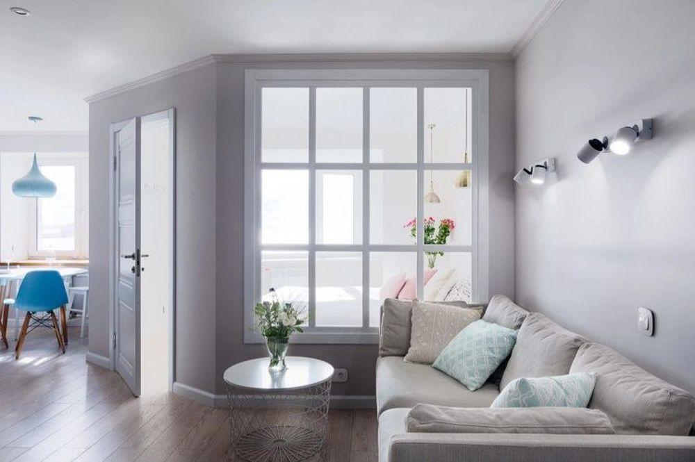 Compromisul major făcut pentru a obține cea de-a treia camera a fost micșorarea livingului și construirea unui perete cu fereastră interioară între dormitorul părinților și camera de zi. Fereastra interioară era necesară pentru ca lumina naturală să ajungă în zona de zi.