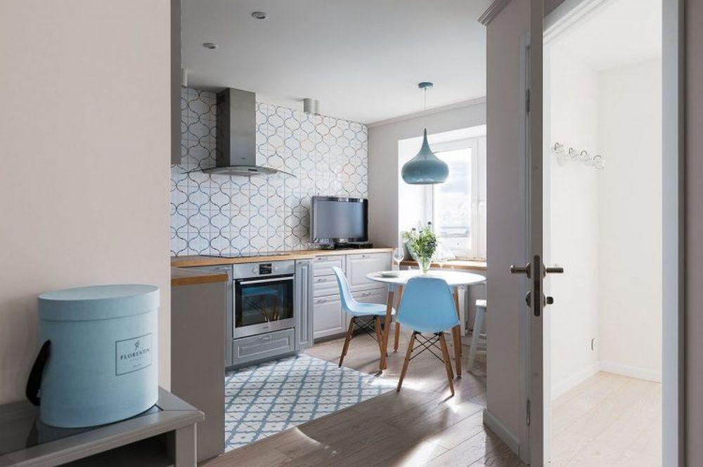 Corpurile de mobilier suspendate lipsesc din zona bucătăriei care e vizibilă din living, pentru a nu da senzația de spațiu încărcat, dar și pentru a nu întuneca încăperea.