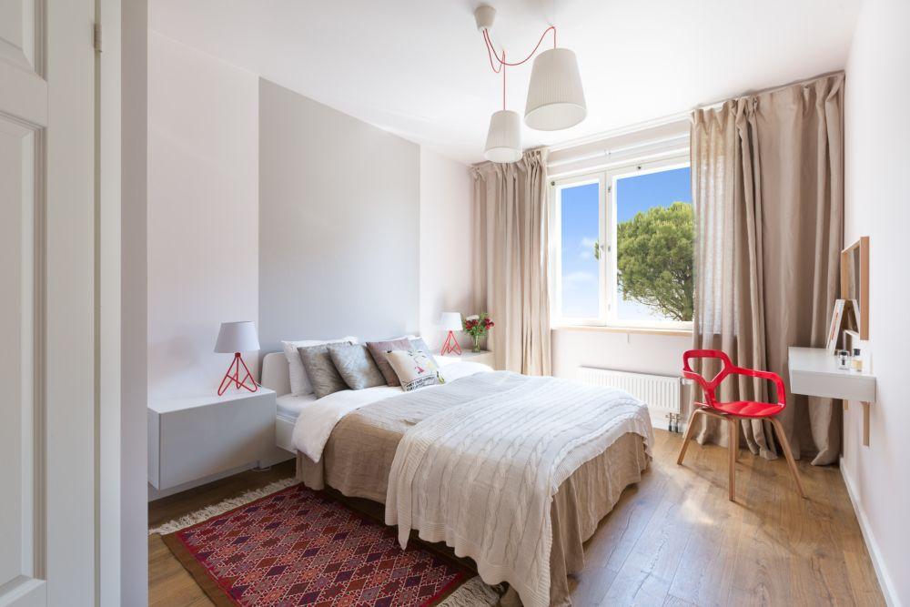 Dormitorul matrimonial este aerisit și luminos, nuanțe neutre, draperii și perdele din in, iar culoarea este prezentă prin decorațiuni textile și obiecte mici. Peretele din dreptul tăbliei este marcat cu o altă nuanță de vopsea.