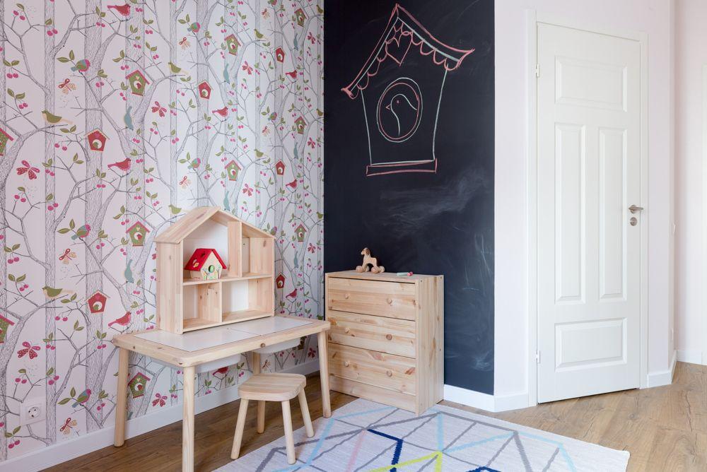 Pe peretele ce separă locul de dressing din camera copilului s-a aplicat vopsea cu efect de tablă , loc de joacă pentru copil.