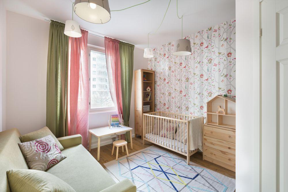 Camera copilului este mobilată cu strictul necesar, iar canapeaua prezentă aici este extensibilă, încăperea putând fi folosită și pentru oaspeți venitți în vizită. Destinația principală ca și cameră de copil este marcată prin culorile alese la nivelul decorațiunilor textile și prin montarea unui tapet vesel.