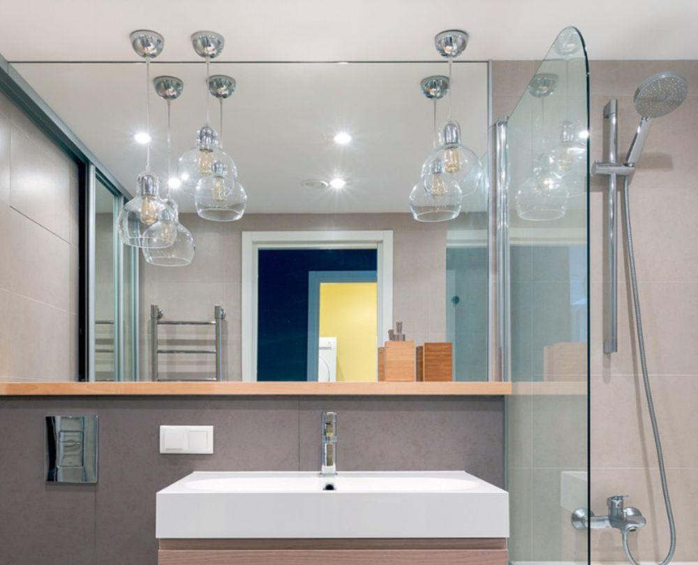 Baia din locuință, care este doată și cu cadă, nu este foarte mare, dar oglinda generoasă conferă impresia de spațiu luminos și aerisit.