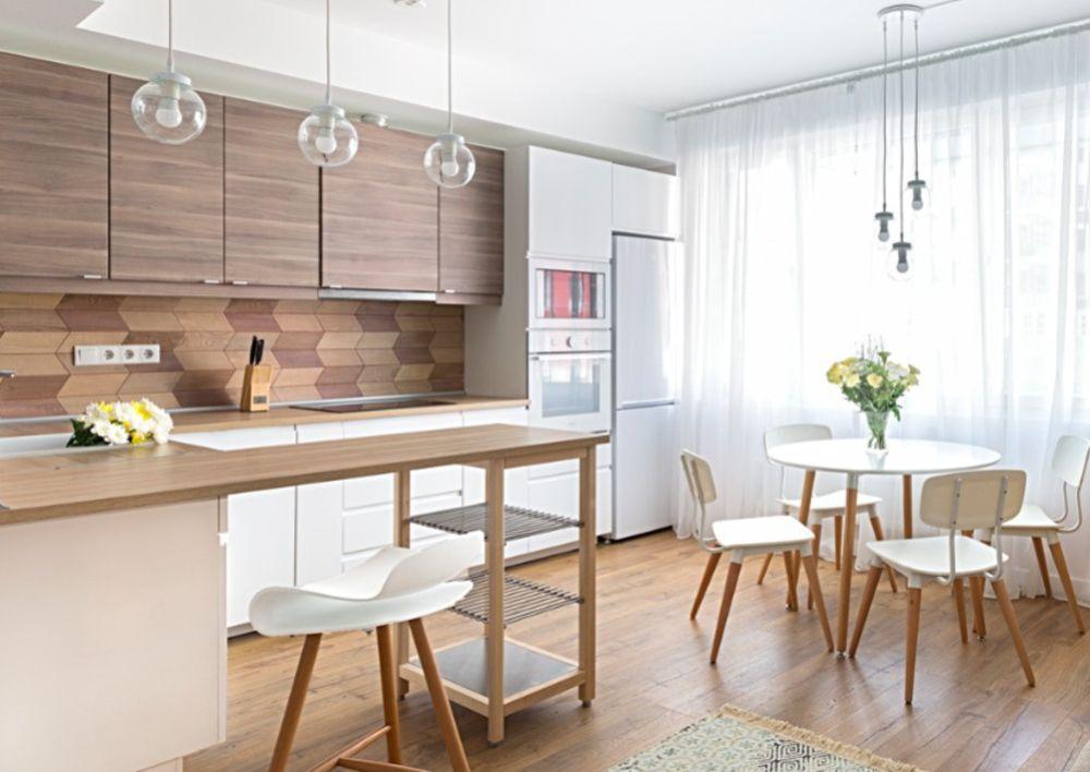 Locul de luat masa există separat la granița dintre bucătărie și canapea. Așezat lângă fereastră și marcat și printr-un corp de iluminat suspendat deasupra acesteia.