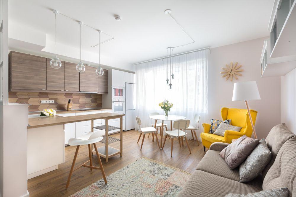 Livingul ca spațiu este modest sub aspectul dimensiunilor, dar compromisul făcut a fost pentru crearea spațiilor de depozitare închise. Ca atare, chiar dacă zona de zi este mai mică decât la cumpărarea locuinței, ambientul este aerisit pentru că dulapurile nu sunt la vedere. Culorile alese pentru suprafețele mari sunt simple, neutre, iar perete de culoare sunt aduse prin decorațiuni textile - tapițeria fotoliului, covorul, perne decorative, obiecte mici.