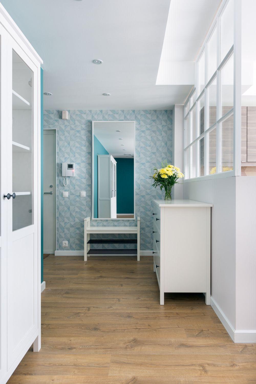 Pardoseala este aceeași peste tot, adică parchet laminat, începînd de pe hol și continuând în bucătărie, living, dormitoare. Ușile albe, la fel și plintele, ceea ce conferă un plus de eleganță și luminozitate într-un apartament funcțional gândit.