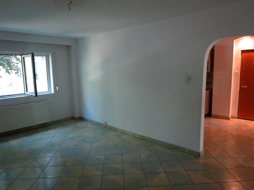 Fostul living, așa cum arăta la cumpărarea locuinței. Acest spațiu a devenit dormitor matrimonial.