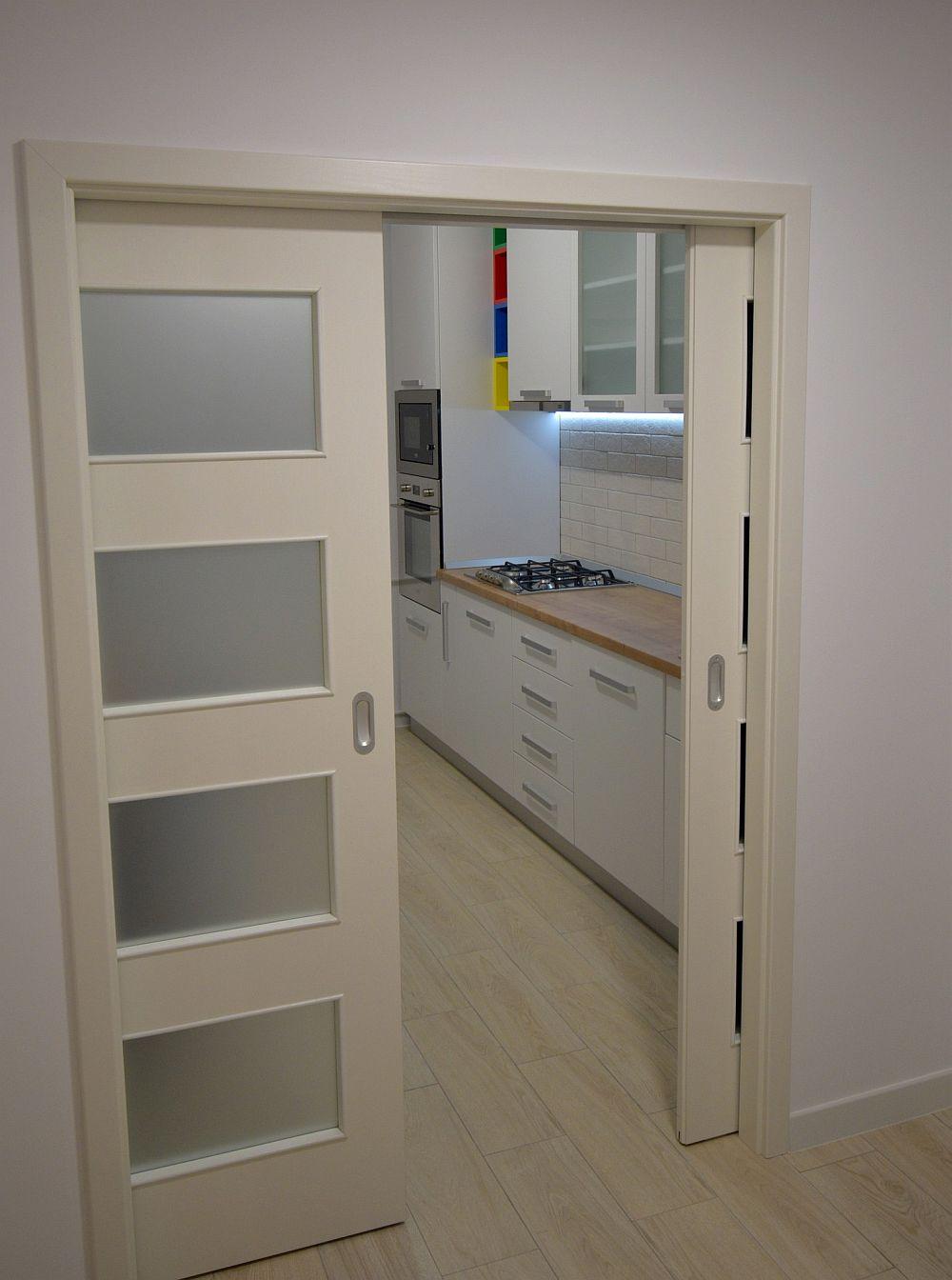 Bucătăria după renovare închisă cu uși culisante.