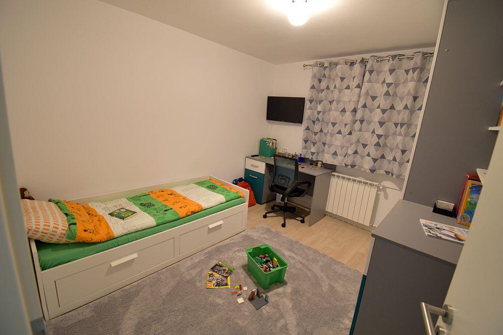 Același dormitor mic devenit camera unuia dintre copii după renovarea locuinței.