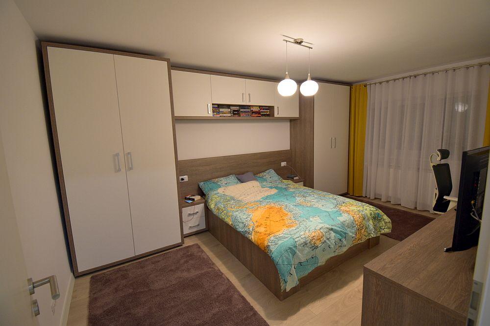 Dormitorul matrimonial după renovare. Cei doi soți au ales ca cea mai mare cameră să fie dormitor matrimonial pentru a avea spațiu generos de depozitare pentru haine și loc de birou.