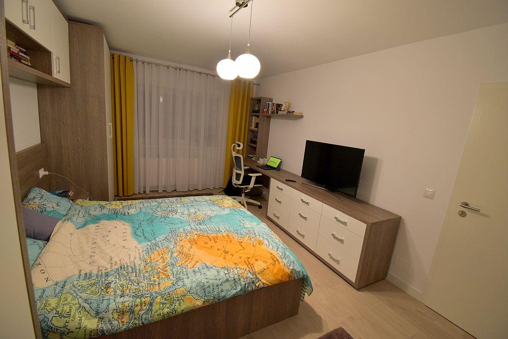 Fostul living amenajat după renovare ca și dormitor matrimonial. Camera are circa 17 mp suprafață.