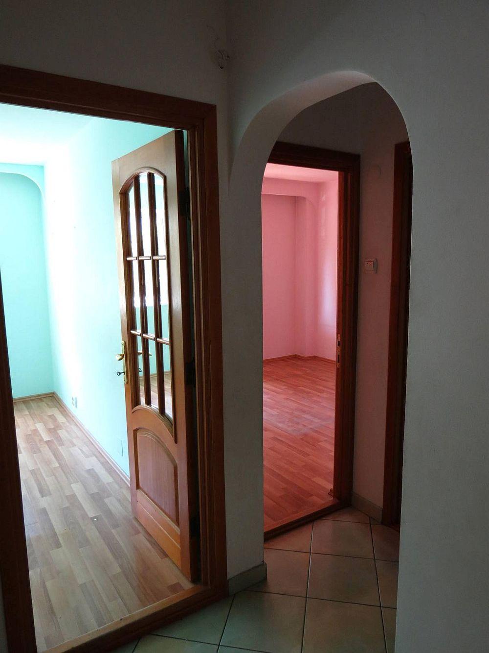 La cumpărarea locuinței fiecare cameră avea altă culoare pepereți, iar ușile erau rustice. De asemenea existau și arcade în hol.