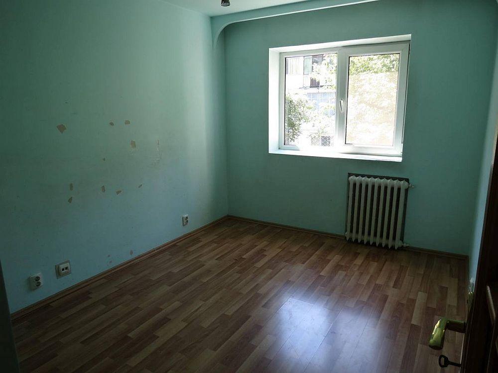 Unul dintre dormitoarele mai mici așa cum arăta la cumpărarea locuinței.