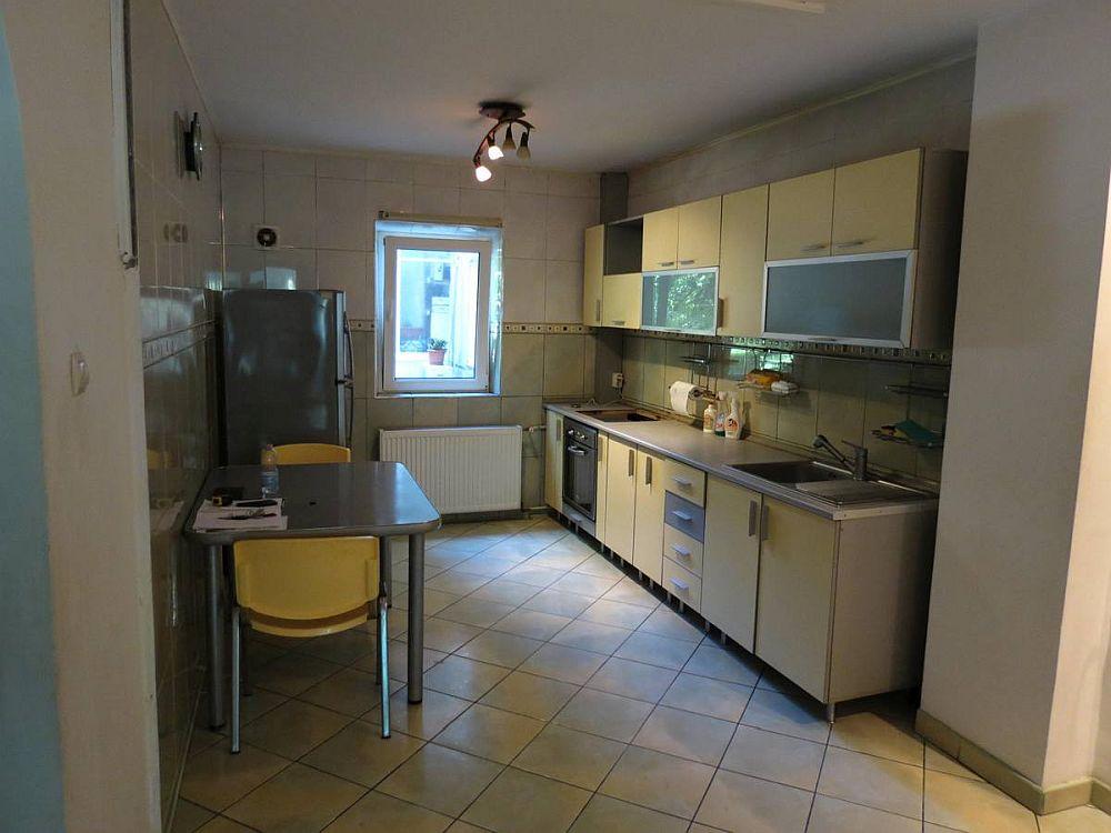 Bucătăria așa cum era inițial la cumpărarea locuinței, deschisă către hol.
