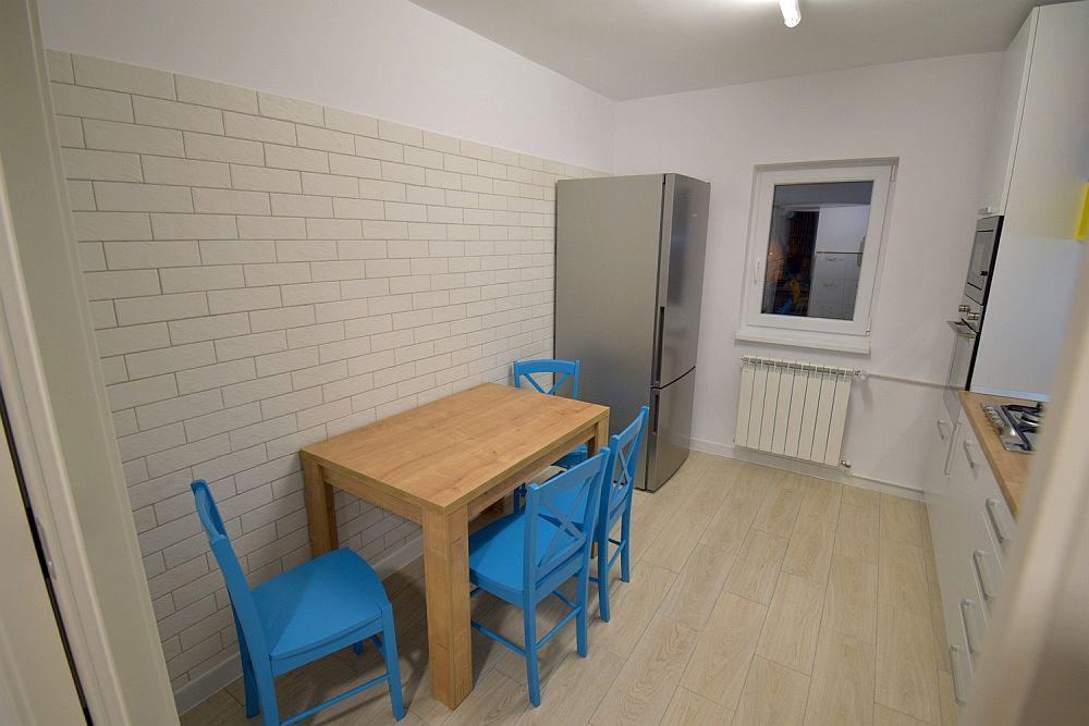 Locul de luat masa din bucătărie după renovarea locuinței.