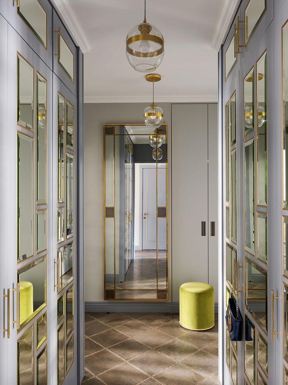 În hol designerul a prevăzut dulapuri cu fețe placate cu oglinzi. Totul este elegant tratat.