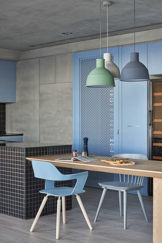 În completarea mobilierului de bucătărie există o ușă traforată care este una de acces către balcon, dar mascată pentru a nu atrage atenția și interesul copilului. Corpurile de iluminat în stil scandinav accentuează locul de luat masa și aduc un strop de culoare în ambient.