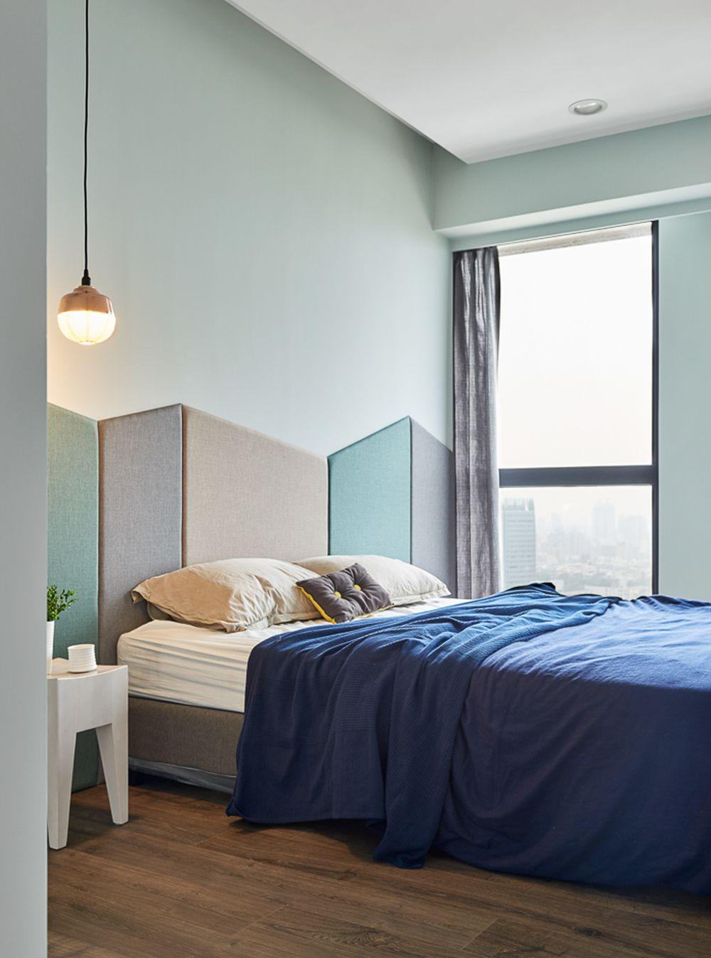 Dormitorul părinților strict mobilat are nuanțe plăcute, relaxante, iar tăblia patului este tratată ca o placare de perete cu panouri tapițate.