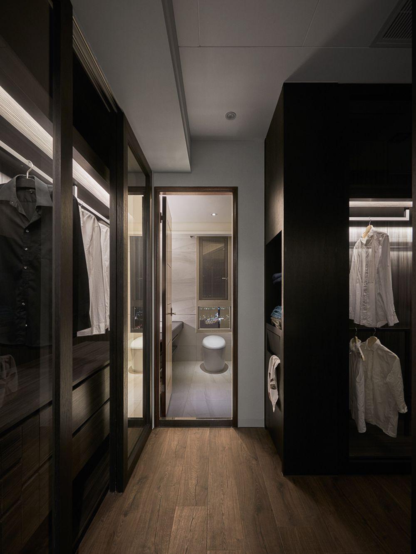 Dressingul părinților este separat amenajat, ca o cameră de sine stătătoare, cu dulapuri deschise, fără uși, și în relație directă cu baia matrimonială.