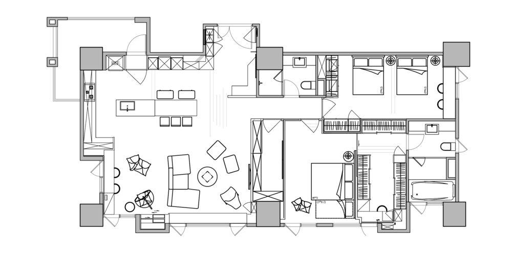 Provocarea arhitecților a fost aceea de a reorganiza locuința astfel încât încăperile să beneficieze din plin de lumină naturală. Chiar dacă este un apartament generos, de regulă se pierde spațiu consistent în zona de holuri, dar aici arhitecții au prevăzut totul astfel încât zona de zi să fie amplă, aerisită, iar restul camerelor cât mai compacte și bine organizate cu multe spații de depozitare. De asemenea, locuința beneficia de o terasă mare, închisă, dar spațiul acesteia a fost folosit pentru configurarea livingului, de unde și diferența de nivel față de bucătărie, care la rândul ei a fost mărită ca suprafață.