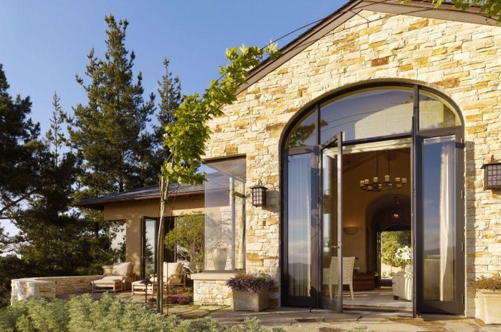 Pe lângî ferestre generoase, vila beneficiază de multiple terase, ceea ce contribuie și la imaginea unui interior mai variat, având în vedere că pe ferestre se vede decorul teraselor.