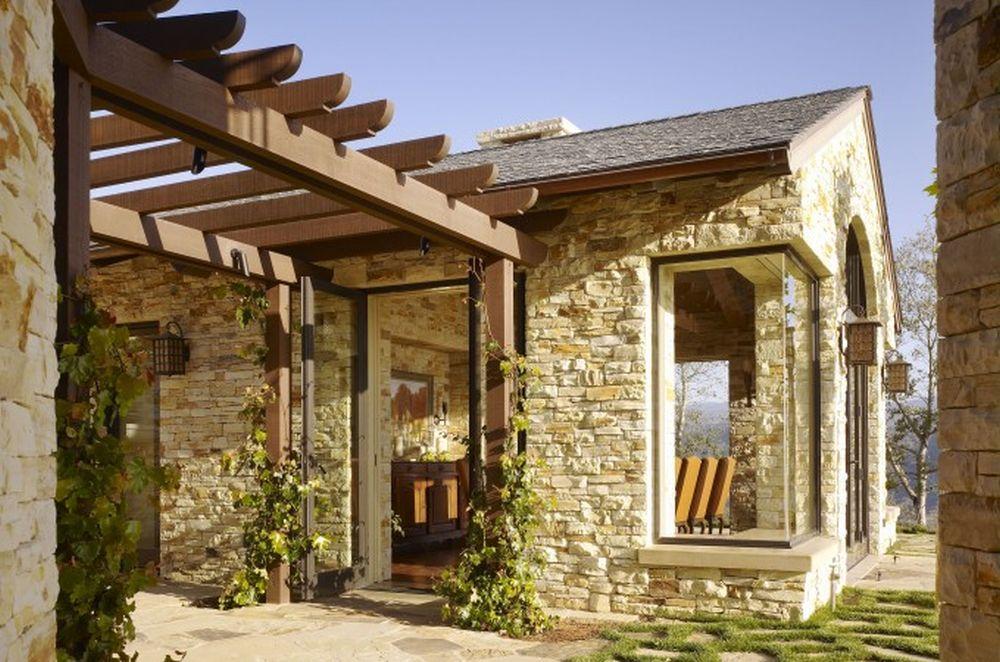 Lemnul și piatra domină exterioarul, dar aceste materiale se regăsesc frumos și la interior, creionând o poveste unitară a casei. tema de decorare a fost mediteraneană, evident reinterpretată pe gustul clienților americani.