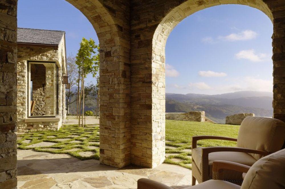 Dincolod e decorul teraselor contează enorm și în ambianța interioară ceea ce se vede în jurul construcției, adică peisaje răvășitor de frumoase.
