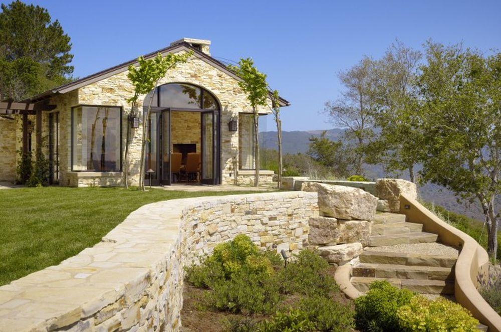 Vila are o arhitectură de inspirație mediteraneană, iar terenul pe care este amplasată oferă lumină naturală din plin pe tot parcursul zilei. Arhitectura este semnată de biroul Walker & Moody Architects pentru această casă din statul California, SUA: