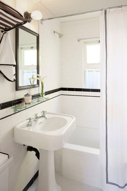Baia este neutră, cu mult alb și mici accente de negru, dar stilul cottage se simte prin designul obiectelor sanitare, prezența draperiei de duș, una simplă, dar elegantă, designul mobilierului, iar accentele marine sunt la nivel de decorațiuni – prosoape albastre, rolete de bambus, prezența plantelor în baie.