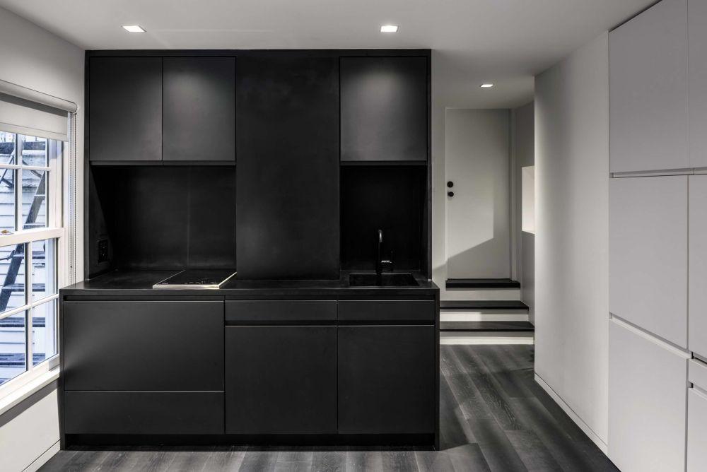 Negru bucătăriei dă impresia de adâncime într-un spațiu mic. Deci, nuanța mobilierului nu a fost întâmplător aleasă.