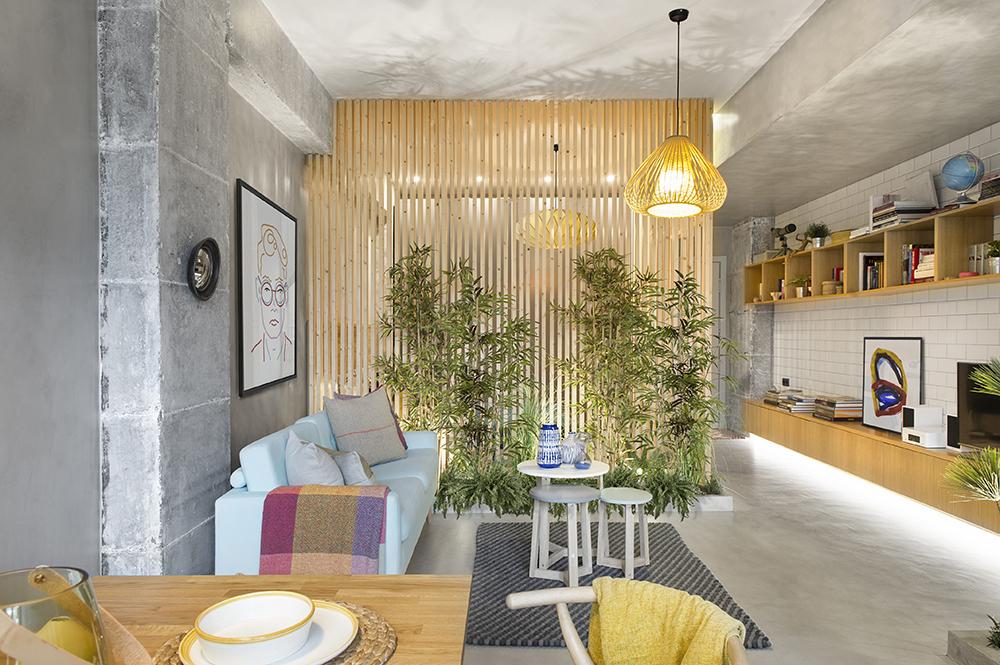 Garsoniera a fost gândită astfel ca fiecare loc să fie exploatat la maximum prin așezarea mobilierului, dar și ca fiecare zonă să se vadă frumos. Aici o perspectivă asupra zonei de conversație dinspre bucătărie.