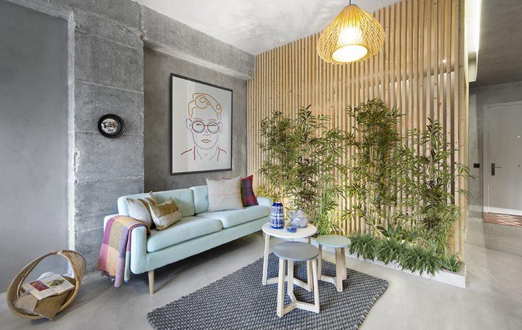 Decorațiunile textile contează în ambientul acesta unde finisajele sunt reci. Canapeaua tapițată, covorul, pernele vin să imprime senzația de confort, dar prin ele sunt aduse și culori la interior.